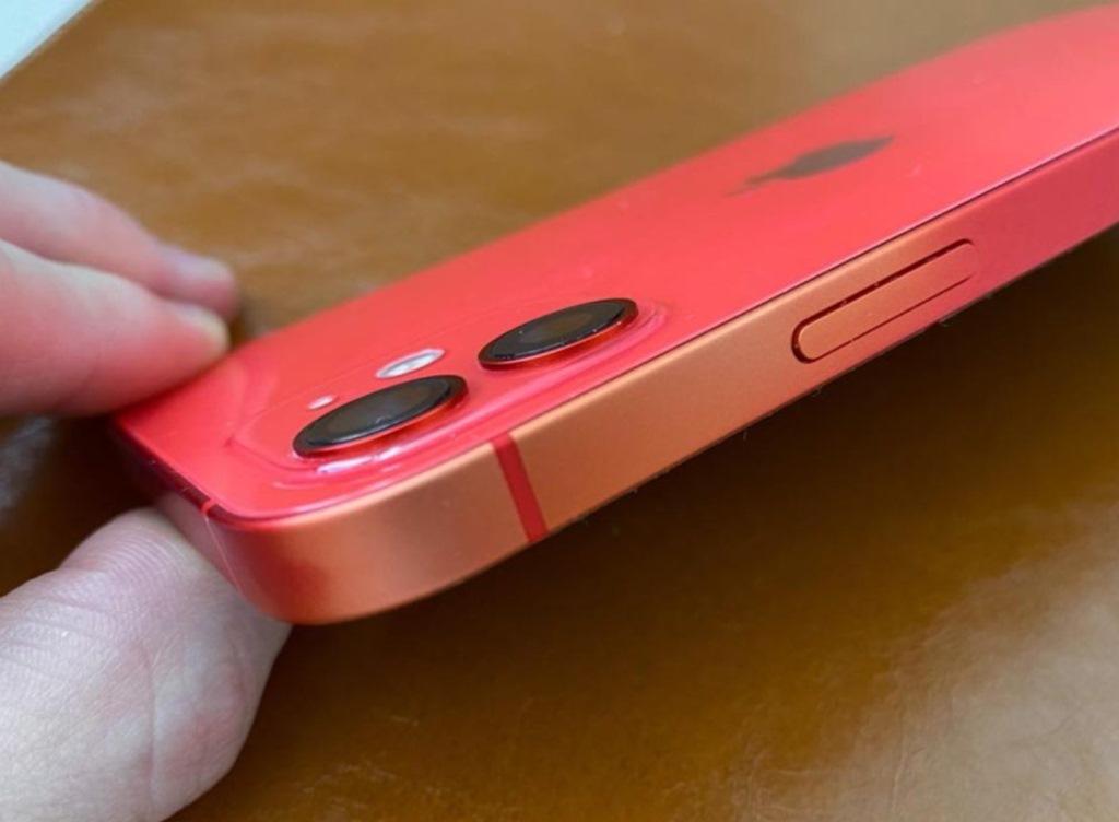 iPhone 12 оказался с дефектом. Выцветает краска на алюминиевых частях корпуса